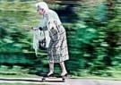 Alexander Massey  -  86 Years old Anne Wright on her skateboard - Postkaarten-set -  C8656-1